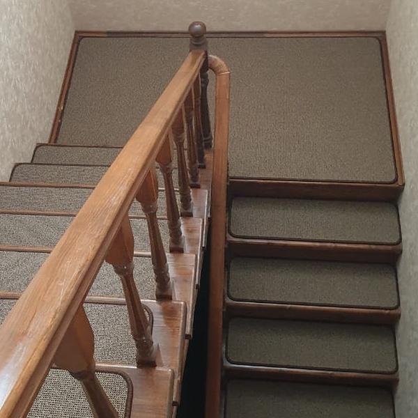Ковровые накладки на лестницу тёмно-бежевые